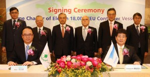 Signing representatives at the table : Mr. Anchor Chang, Chairman of Evergreen Marine Corporation (left), Mr. Yukito Higaki, President of Shoei Kisen Kaisha (right).   Witnesses in the second row (from left to right) : Mr. K.W. Chang, Evergreen Group Vice Group Chairman, Mr. Raymond Lin, Evergreen Group Vice Group Chairman, Mr. Bronson Hsieh, Evergreen Group Second Vice Group Chairman, Mr. Toshiyuki Higaki, Chairman of Shoei Kisen Kaisha, Mr. Kaoru Iwasa, Senior Managing Executive Officer of Marubeni Corporation, Mr. Shigefumi Mabuchi, Chairman of Marubeni Corporation Taiwan